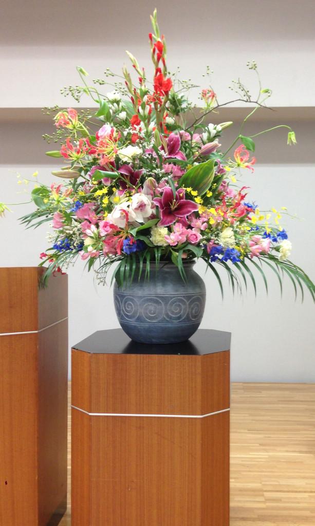 総会用に壺タイプの盛花です
